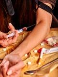 Weiblicher Drogenabhängige mit Spritze Stockfoto