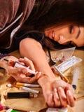 Weiblicher Drogenabhängige mit Spritze Stockfotografie