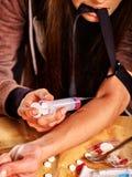 Weiblicher Drogenabhängige mit Spritze Stockbild