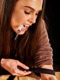 Weiblicher Drogenabhängige mit Spritze ziehen Aderpresse fest Stockfotografie