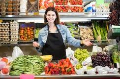 Weiblicher Einkaufsassistent, der die Zusammenstellung des Lebensmittelgeschäfts SH demonstriert Stockfotos
