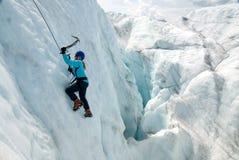 Weiblicher Eis-Bergsteiger auf Wurzel-Gletscher stockbild