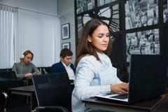 Weiblicher erwachsener Student konzentriert auf das Studieren lizenzfreies stockbild