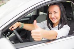 Weiblicher Fahrer, der sich Daumen zeigt Stockbild