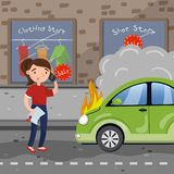 Weiblicher Fahrer, der um Hilfe nach Autounfall auf Stadtstraße, Autoversicherungs-Konzeptvektorillustration in der Karikatur ruf Lizenzfreie Stockfotografie