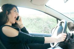 Weiblicher Fahrer in einer schlechten Situation lizenzfreies stockbild