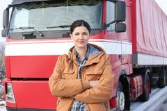 Weiblicher Fahrer nahe großem modernem LKW Stockfoto
