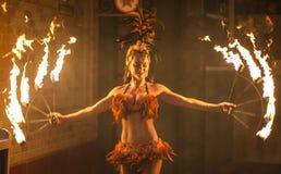 Weiblicher Feuer-Tänzer Film-Welt-Gold Coast Lizenzfreie Stockfotografie