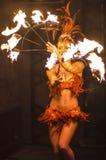 Weiblicher Feuer-Tänzer Film-Welt-Gold Coast Stockbild