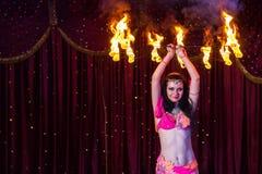 Weiblicher Feuer-Tänzer Twirling Flaming Apparatus Stockfoto