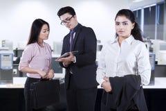 Weiblicher führender Vertreter der Wirtschaft mit ihrem Team Lizenzfreie Stockfotografie