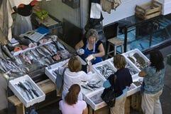 Weiblicher Fischhändler in den Fischen klemmen auf Markt in Porto fest lizenzfreies stockfoto