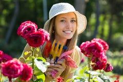 Weiblicher Florist, der im Garten arbeitet Stockfotografie