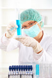 Weiblicher Forscher, der ein Reagenzglas hält lizenzfreies stockbild