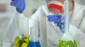 Weiblicher Forscher, der Probe des Pflanzenauszugs für das Studieren, Cosmetology nimmt stock footage