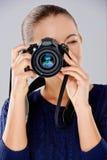 Weiblicher Fotograf, der ein Foto macht Stockbild