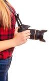 Weiblicher Fotograf, der eine Berufskamera - an lokalisiert hält Lizenzfreie Stockfotografie