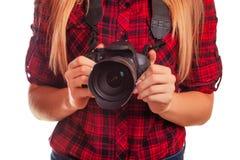 Weiblicher Fotograf, der eine Berufskamera - an lokalisiert hält Stockbild