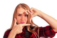 Weiblicher Fotograf, der einen Rahmen mit den Fingern lokalisiert über w macht Lizenzfreie Stockfotografie