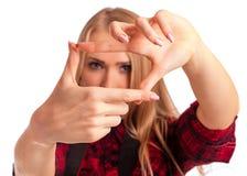 Weiblicher Fotograf, der einen Rahmen mit den Fingern macht Lizenzfreies Stockfoto