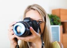 Weiblicher Fotograf, der neue Kamera prüft Stockfotografie