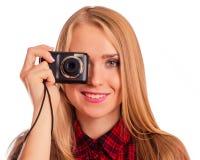 Weiblicher Fotograf des Zaubers, der eine Kompaktkamera - lokalisiert hält Lizenzfreies Stockbild