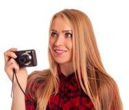 Weiblicher Fotograf des Zaubers, der eine Kompaktkamera - lokalisiert hält Lizenzfreie Stockfotos