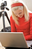 Weiblicher Fotograf mit Laptop Lizenzfreies Stockfoto