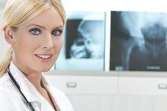 Weiblicher Frauen-Krankenhaus-Doktor mit Röntgenstrahlen Stockfotografie