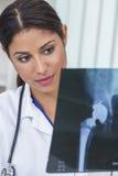 Weiblicher Frauen-Krankenhausarzt Latinas mit Röntgenstrahl Stockfoto