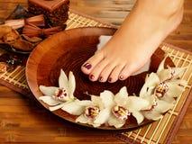 Weiblicher Fuß am Badekurortsalon auf Pediküreverfahren Stockfoto