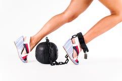 Weiblicher Fuß mit Gefängnisball Stockfoto
