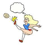 weiblicher Fußballspieler der Karikatur, der Ball mit Gedankenblase tritt Lizenzfreies Stockbild
