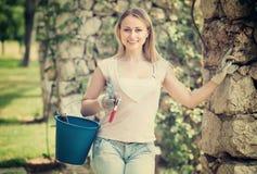 Weiblicher Gärtner mit Arbeitsgeräten draußen Stockfotos