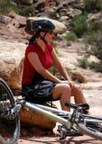 Weiblicher Gebirgsradfahrer lizenzfreie stockfotografie