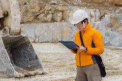Weiblicher Geologe oder Mineningenieur bei der Arbeit stockbild