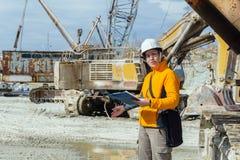 Weiblicher Geologe oder Mineningenieur bei der Arbeit stockfoto