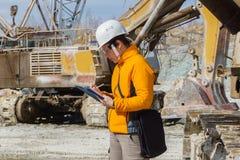 Weiblicher Geologe oder Mineningenieur bei der Arbeit lizenzfreie stockfotografie