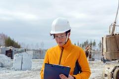 Weiblicher Geologe oder Mineningenieur bei der Arbeit lizenzfreies stockfoto