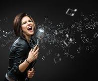 Weiblicher Gesangrockmusiker Stockfoto