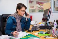 Weiblicher Geschäftseigentümer am Telefon lizenzfreie stockbilder
