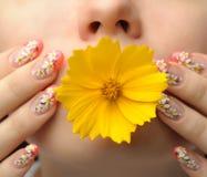 Weiblicher Gesichtsabschluß und Nagelkunst Stockfotos