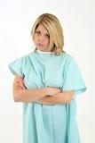 Weiblicher Gesundheitswesenpatient im Krankenhauskleid - traurig Lizenzfreie Stockbilder