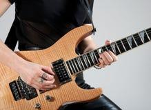 Weiblicher Gitarrist, der elektrische Gitarre spielt Stockfotografie