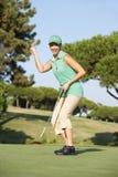 Weiblicher Golfspieler auf Golfplatz Lizenzfreies Stockfoto