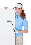 Weiblicher Golfspieler mit leerem Vorstand Stockfotografie