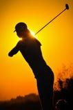 Weiblicher Golfspieler am Sonnenaufgang Lizenzfreie Stockfotos