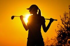 Weiblicher Golfspieler am Sonnenaufgang Lizenzfreies Stockfoto