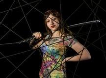 Weiblicher gotischer Krieger in den alten Versuchsgläsern, die mit katana Klinge aufwerfen Lizenzfreie Stockfotos