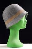 Weiblicher grauer Hut auf einem Mannequinkopf im Profil Lizenzfreies Stockfoto